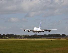 Op Schiphol landt een A380_