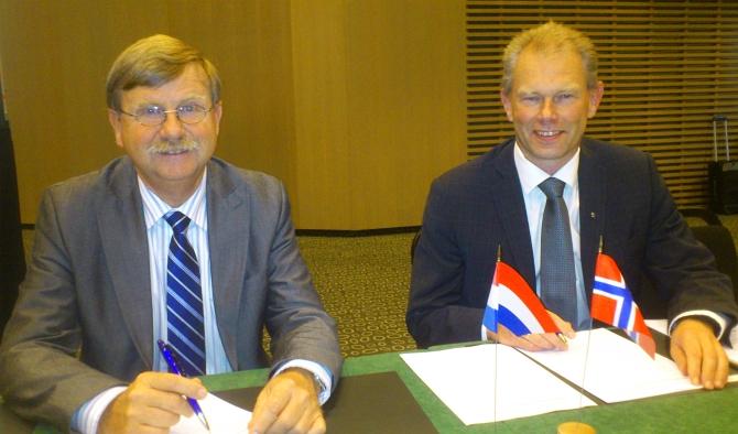 Jelle KEUNING and John-Mikal STOERDAL signing the agreement