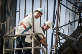 Jasper Wesseling (MinEZ) 'slaat' op grote hoogte eerste paal nieuwbouw NLR
