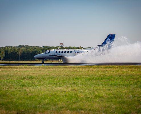 NLR voert remtesten uit op natte landingsbaan Twente Airport
