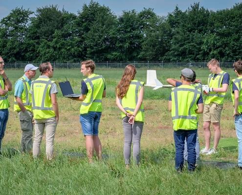 Luchtdoop zelf ontworpen vliegtuigjes HvA studenten bij NLR